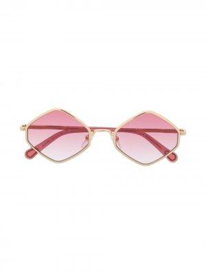 Солнцезащитные очки в геометричной оправе Chloé Kids. Цвет: розовый
