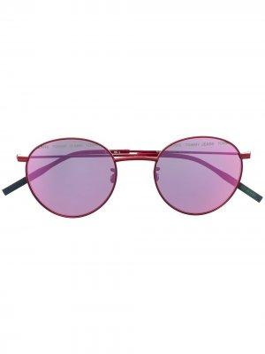 Солнцезащитные очки в круглой оправе Tommy Hilfiger. Цвет: красный