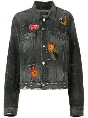 Потертая джинсовая куртка с нашивками Amiri. Цвет: серый