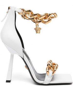 Туфли с цепочным декором Versace. Цвет: белый
